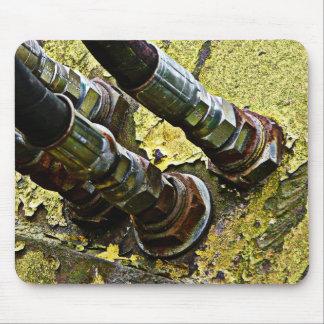 Tuyaux hydrauliques sur le vieux tracteur tapis de souris
