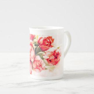 Un cadeau des tulipes rouges : belle tasse de thé