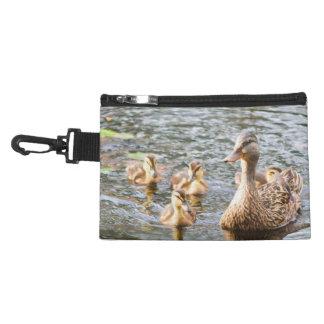 Un canard chiné de mère avec ses bébés dans un pochette avec clip