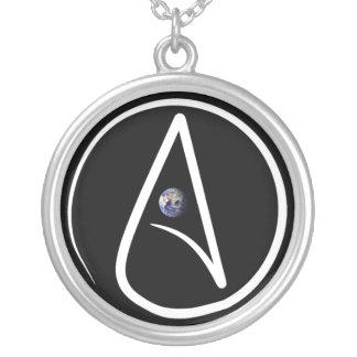 Un collier athée avec un globe au milieu