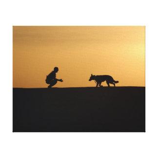 Un garçon et sa copie de toile de chien