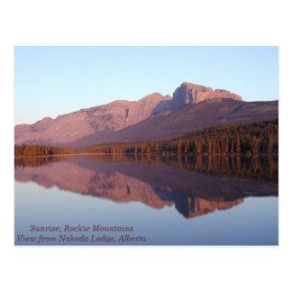 Un lever de soleil magique dans les montagnes de carte postale