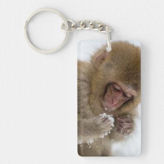 Un Macaque japonais de bébé (ou singe de neige) Porte-clé Rectangulaire En Acrylique Double Face