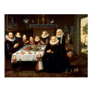 Un portrait d'une famille disant la grâce avant un carte postale