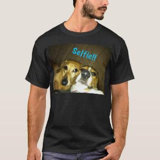 Un teckel et un beagle prenant un selfie t-shirt
