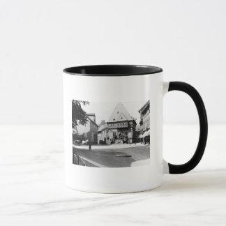 Un vieil hôtel dans la place, Goslar, c.1910 Mug