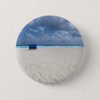 Une chaise de plage attend badge rond 5 cm