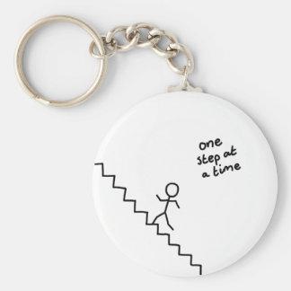 """""""une étape à la fois"""" collent l'homme sur le porte porte-clé rond"""