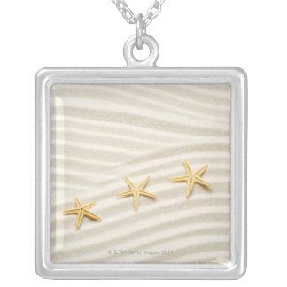 Une rangée d'unstraight des étoiles de mer collier