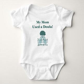 Une seule pièce de bébé de Doula Body