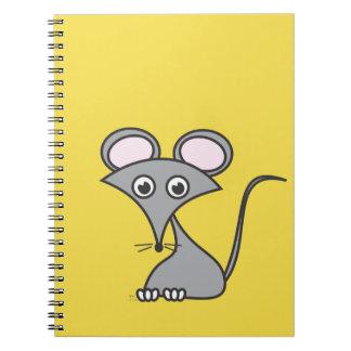 Une souris lunatique sur un carnet de fromage