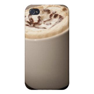 Une tasse de café de cappuccino a complété avec fo coques iPhone 4