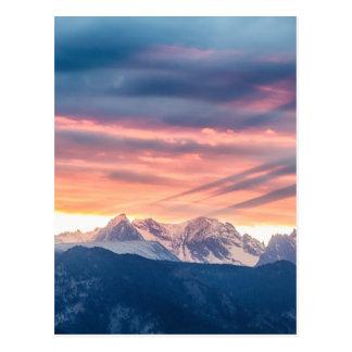 Vagues de coucher du soleil de montagne rocheuse carte postale