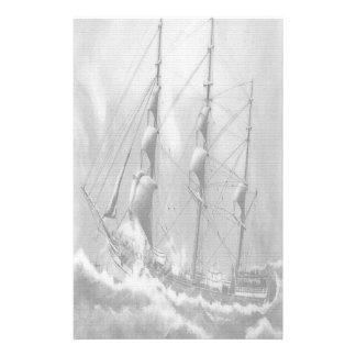 Varende boot in zwart-wit op volle zee briefpapier