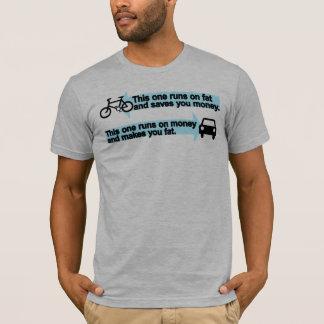 Vélo drôle contre le T-shirt de voiture