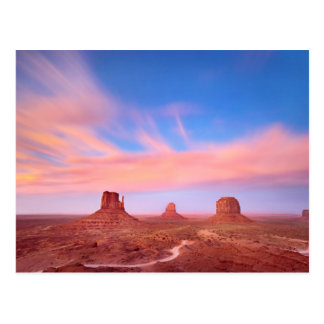 Vents violents au-dessus de vallée de désert carte postale