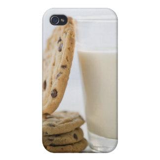 Verre de lait et de biscuits, plan rapproché coques iPhone 4/4S