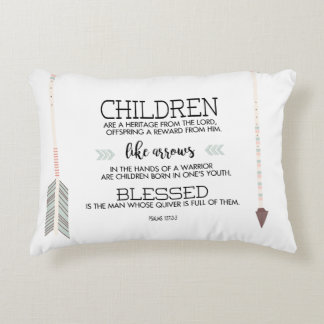 Vers d'écriture sainte des noms des enfants avec coussins décoratifs