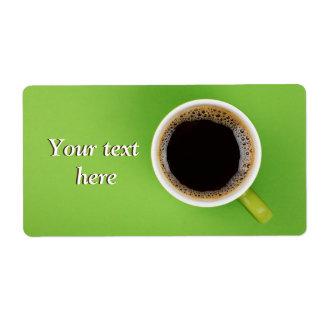 Verschepende etiketten met zwarte koffie en groene