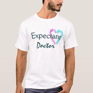 Vert de mousse dans l'expectative de docteur In T-shirt