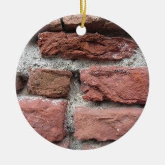 Vieil arrière - plan de mur de briques ornement rond en céramique