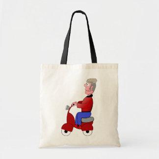 Vieil homme sur un sac fourre-tout à scooter