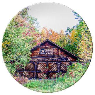 Vieille grange en automne assiette en porcelaine