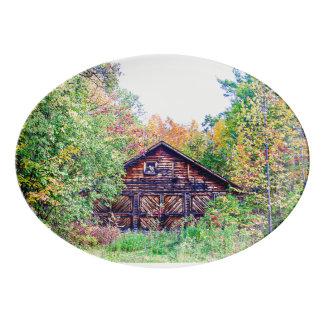 Vieille grange en automne plateau de service en porcelaine