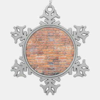 Vieille texture rouge de mur de briques ornement flocon de neige pewter
