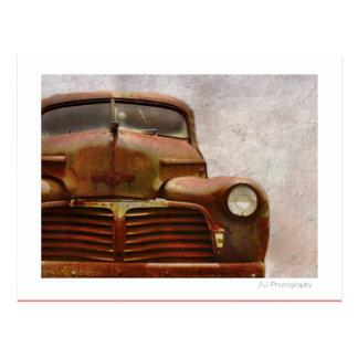 Vieille voiture ancienne rouillée carte postale