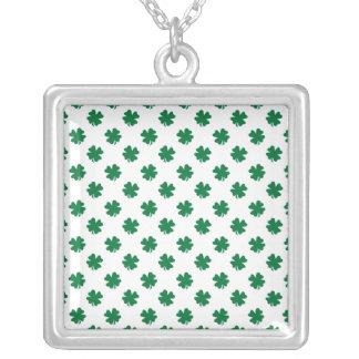 Vier bladklavers in groen ketting vierkant hangertje