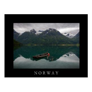 Vieux bateau à rames et montagnes en carte postale
