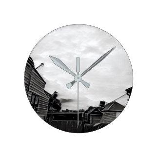 """""""Vieux cieux"""" noirs et horloge murale cassée grise"""
