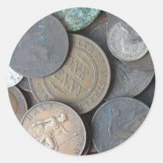 vieux penny de pièces de monnaie principalement et sticker rond
