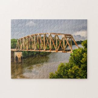 Vieux pont rouillé en chemin de fer - la rivière puzzle