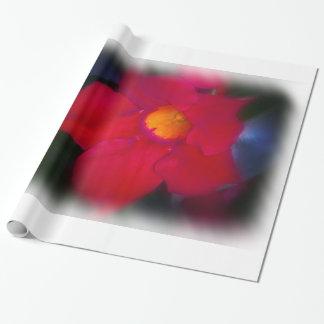 Vigne rouge de fleur sur grand blanc papier cadeau