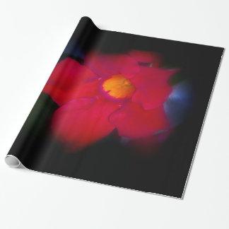 Vigne rouge de fleur sur grand noir papier cadeau