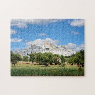 Ville blanche Ostuni avec les oliviers, puzzle de