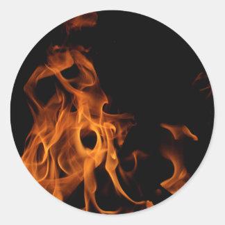 Visage dans l'autocollant du feu sticker rond
