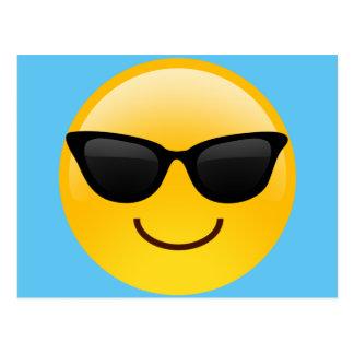 Visage de sourire avec des lunettes de soleil carte postale