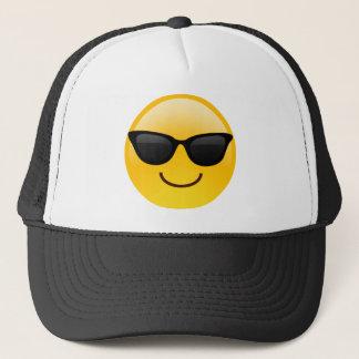 Visage de sourire avec des lunettes de soleil casquette