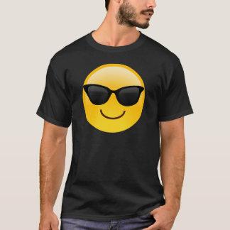 Visage de sourire avec des lunettes de soleil t-shirt