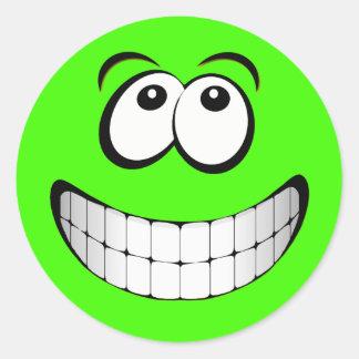 Visage fou vert de smiley de yeux sticker rond