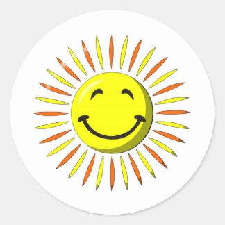 Visage souriant ensoleillé autocollant rond