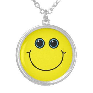 Visage souriant jaune collier