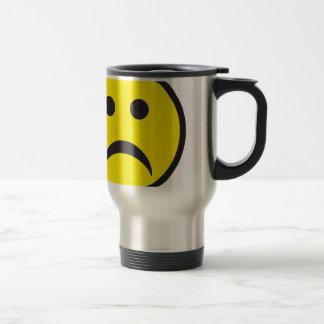 Visage souriant malheureux de tristesse mug de voyage
