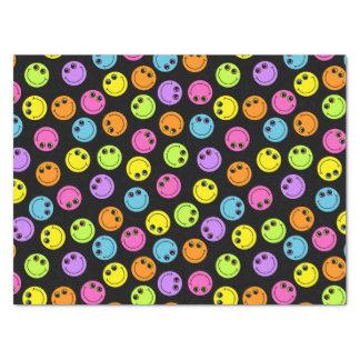 Visages souriants colorés sur le noir papier mousseline