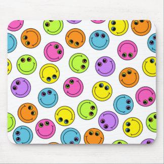 Visages souriants colorés tapis de souris