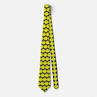 Visages souriants heureux jaunes cravate