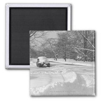 Voiture couverte par neige sur la rue B&W Magnet Carré